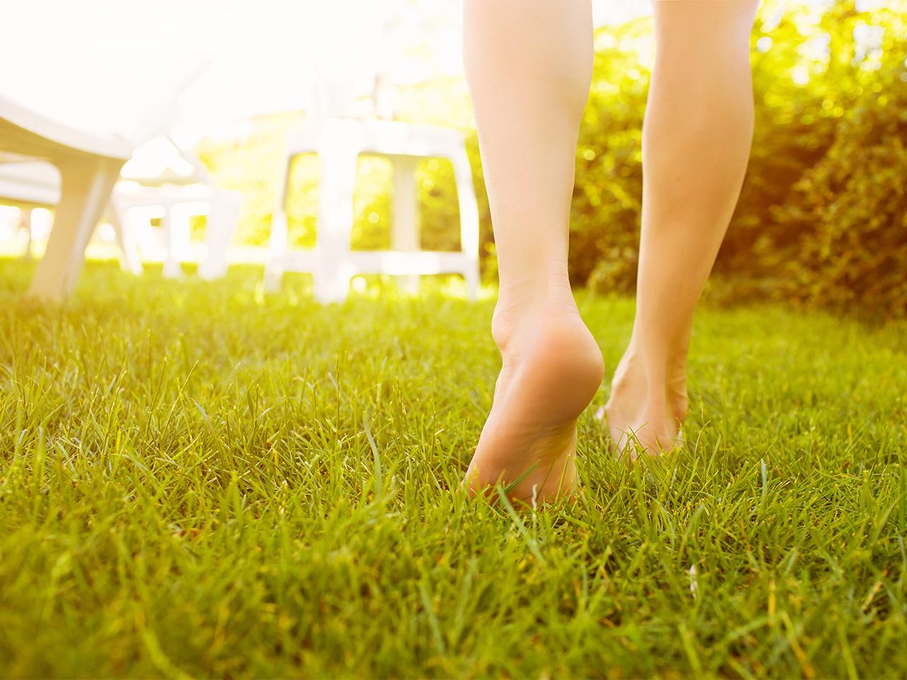 barfota i gräset